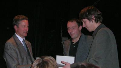 Herr Arras übergibt den Arras-Preis an Leif Greinus und Sebastian Wolter