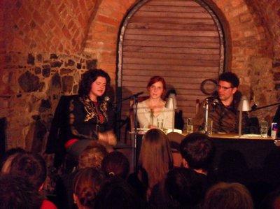 Nora Gomringer in der Ratstonne der MB (links)