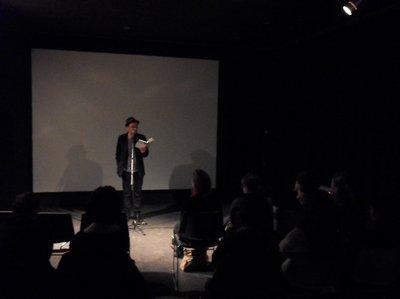 Frank Klötgen liest im Saal des Paris Syndrom